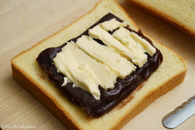 食パンにあんこ・バターを重ねた様子