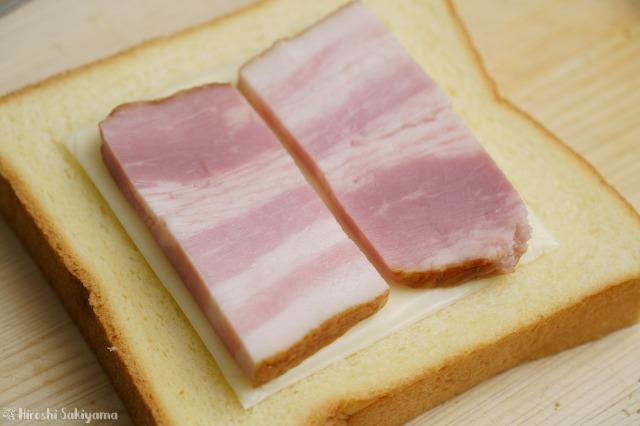 食パンにチーズ・ベーコンを重ねた様子