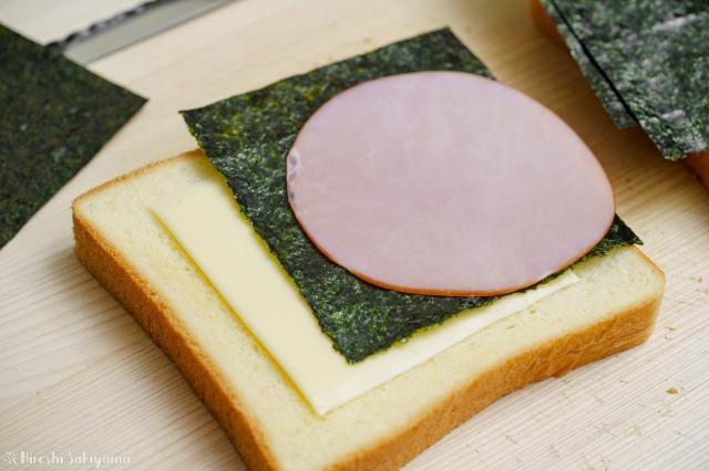 食パンの上にチーズ・海苔・ハムを並べた様子