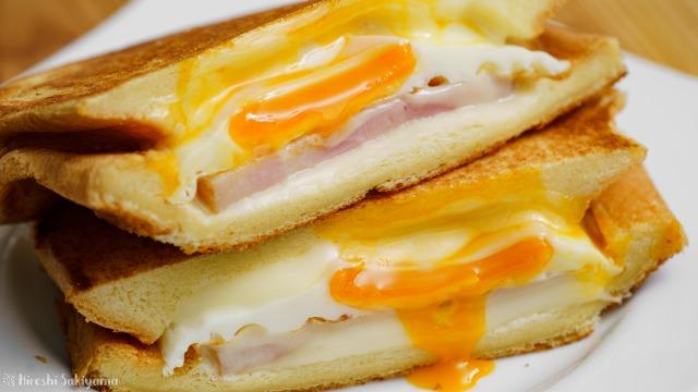 ベーコン・エッグ・チーズのホットサンドのアップ
