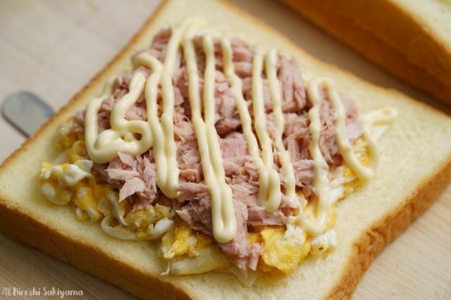 食パンにスクランブルエッグ・ツナ・マヨネーズを重ねた様子