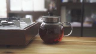 紅茶を淹れる様子
