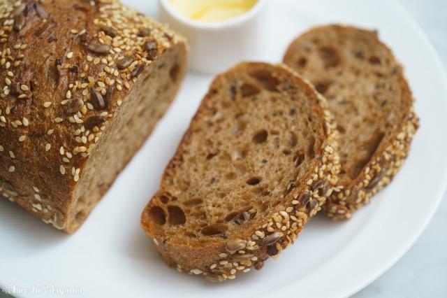 穀物のパンのアップ