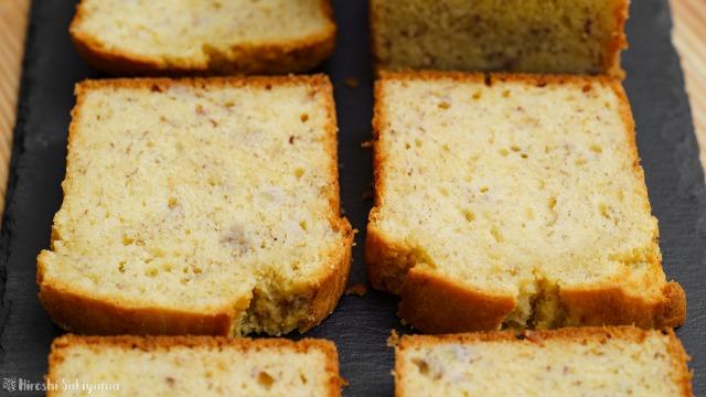 【材料4つ】ホットケーキミックスで作るバナナケーキをカットした2切れ