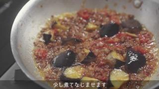 トマトソースにひき肉・茄子を合わせた様子