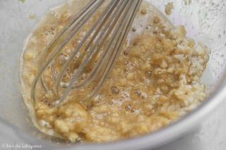 卵白と砂糖類を混ぜる様子