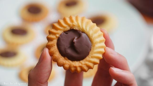 チョコのロミアスクッキーを手に持った様子