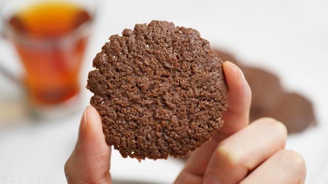 ココナッツオイルで作るココアクッキーを手に持った様子