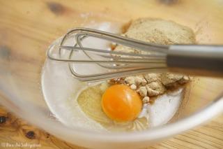 ボウルに卵・ココナッツオイル・きび砂糖を入れた様子