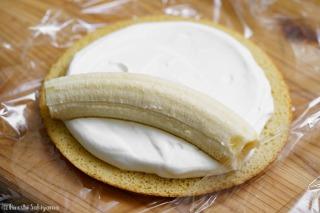 生クリームをのせて広げ、バナナを置いた様子