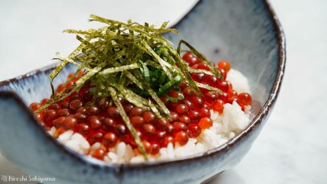 生筋子から作るいくらの醤油漬けで作ったイクラ丼を横から見た様子