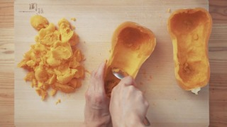 バターナッツかぼちゃをくり抜く様子