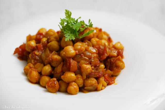 ひよこ豆のシンプルなトマトカレーを横から見た様子