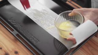 溶かしバターを塗る様子
