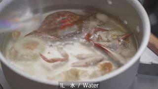 蟹とかを炒めたところに水を注ぐ様子