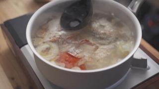 スープを煮出す様子