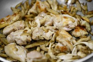 ごぼう・鶏肉・舞茸を炒める様子