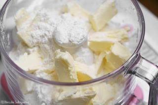 フープロに薄力粉・バターを入れた様子