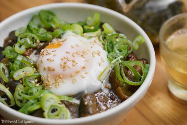 茄子と豚ひき肉のごま味噌煮のどアップ