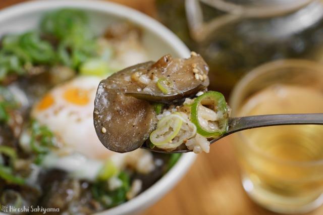 茄子と豚ひき肉のごま味噌煮をスプーンですくった様子