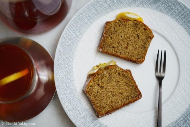 切り分けたはちみつレモンと紅茶のパウンドケーキを上から見た様子
