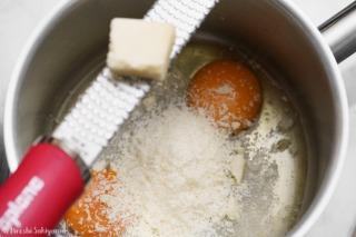 卵2個にチーズをすりおろした様子