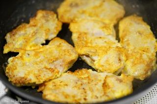 卵に火が通って黄色くなった様子