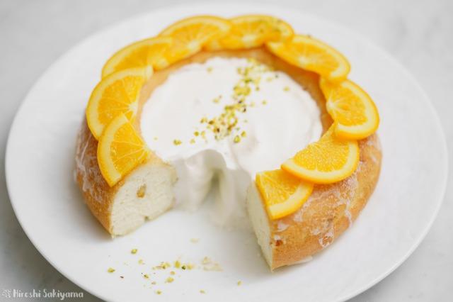 カットした後のオレンジのエンゼルフードケーキ