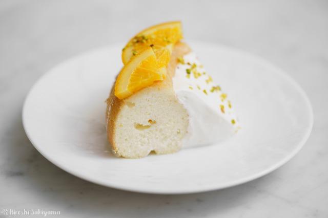 カットしたオレンジのエンゼルフードケーキのどアップ