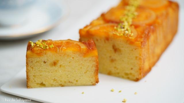 オレンジのアップサイドダウンケーキをカットした様子