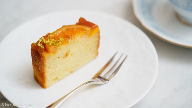 切り分けたオレンジのアップサイドダウンケーキのアップ
