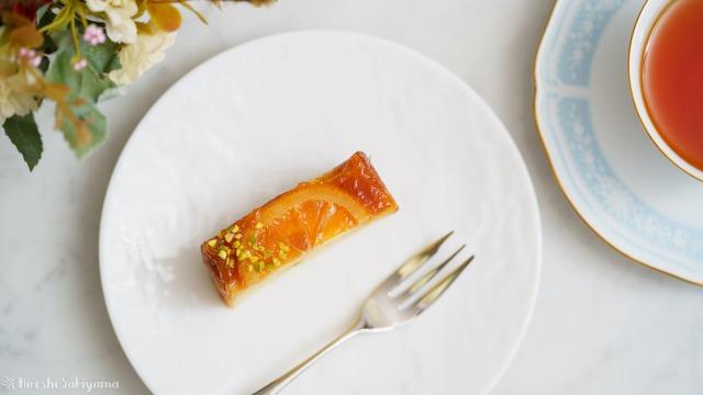切り分けたオレンジのアップサイドダウンケーキを上から見た様子