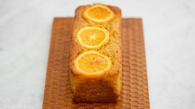 アーモンドとオレンジのキャロットケーキを正面から