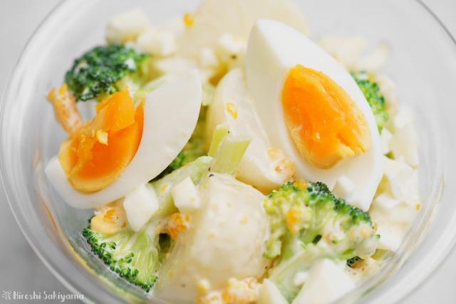 ブロッコリー・かぶ・茹で卵のタルタルソースサラダのどアップ