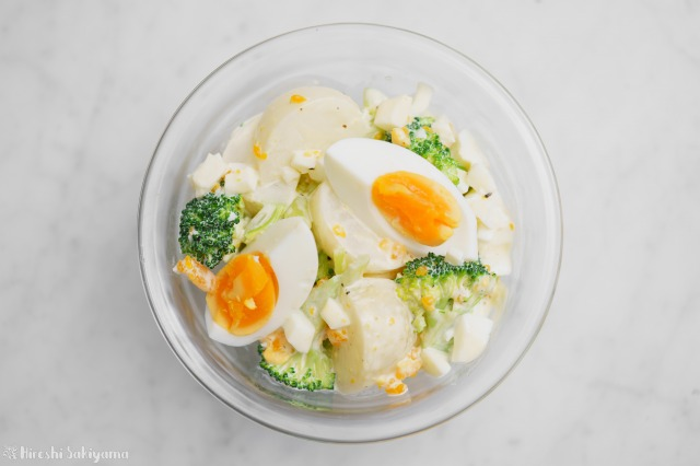 ブロッコリー・かぶ・茹で卵のタルタルソースサラダを上から見た様子