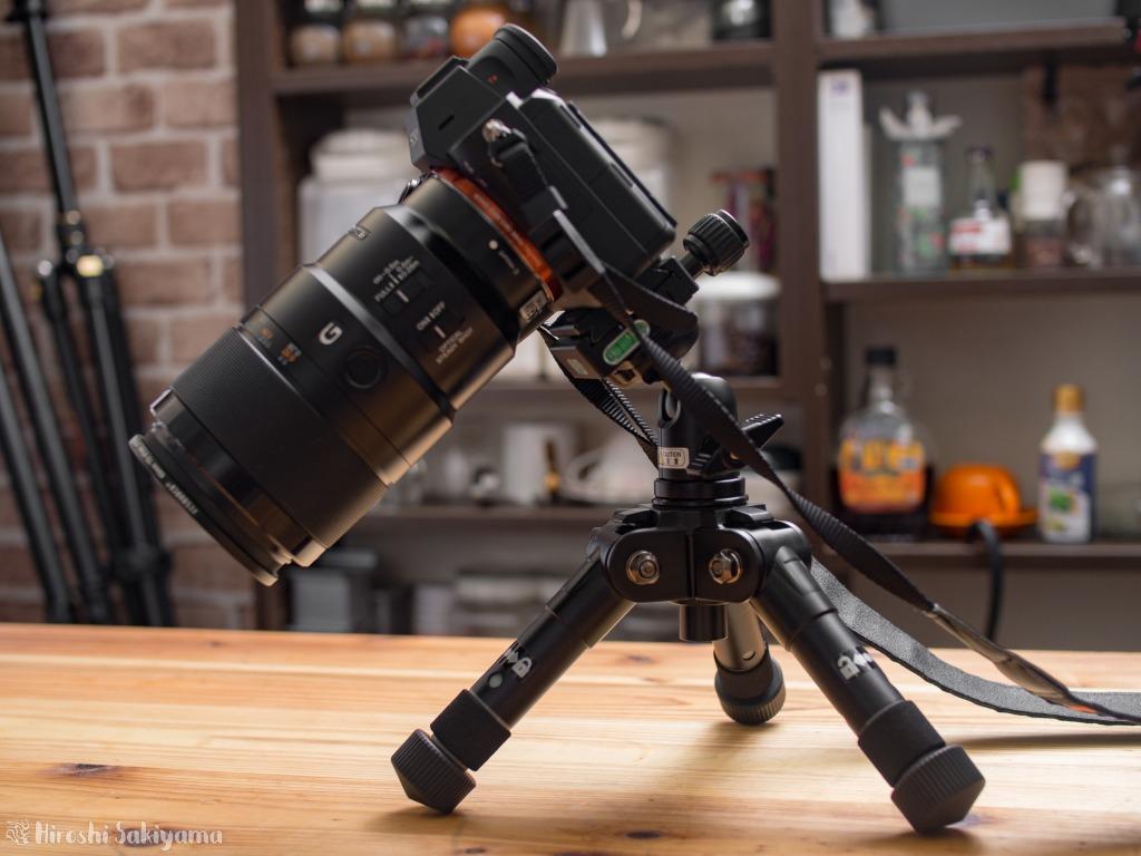 α7Ⅲ+90mmF2.8の組み合わせ(1.4kg)をVelbon 卓上三脚 ULTRA 353miniにのせた様子
