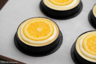 チーズ生地を流してオレンジをのせた様子
