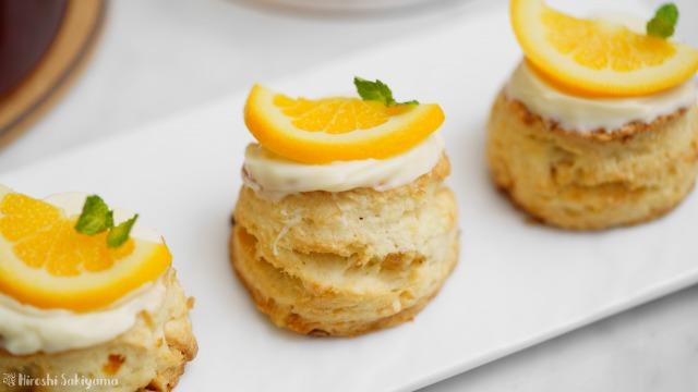 オレンジとホワイトチョコのスコーンのどアップ