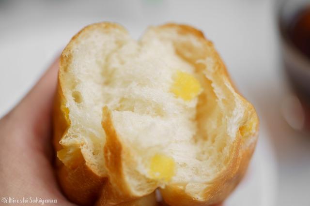 懐かしの給食で食べたパインパンをちぎった様子