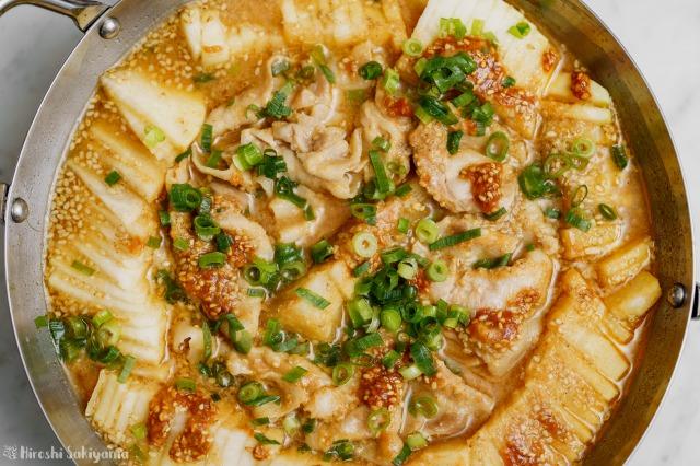 大根と豚肉の辛ごま味噌鍋を上から見た様子