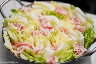 鍋に白菜・豚肉を敷き詰めた様子