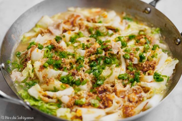 白菜と豚肉の辛ごま味噌豆乳鍋のアップ