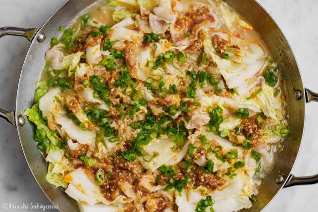 白菜と豚肉の辛ごま味噌豆乳鍋を上から見た様子
