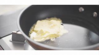 水・バター・砂糖・塩を合わせた様子