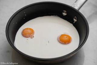 卵黄や牛乳or豆乳などを鍋に入れた様子