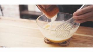 卵液に温めた牛乳or豆乳を混ぜる様子