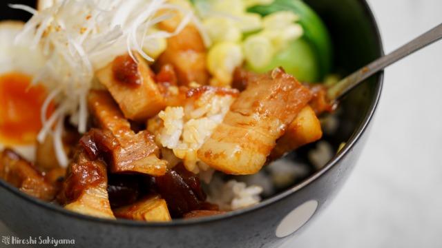 魯肉飯(ルーローハン)をスプーンですくう様子