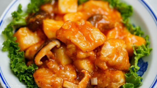 鶏と長芋と椎茸のチリソースのどアップ