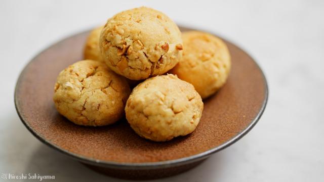 福豆のボールクッキーを横から見た様子