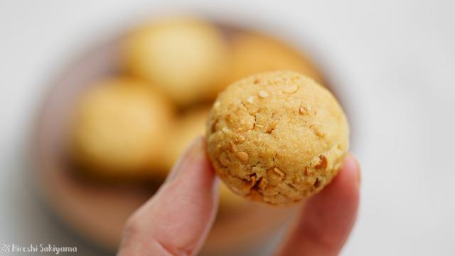 福豆のボールクッキーを手に持った様子
